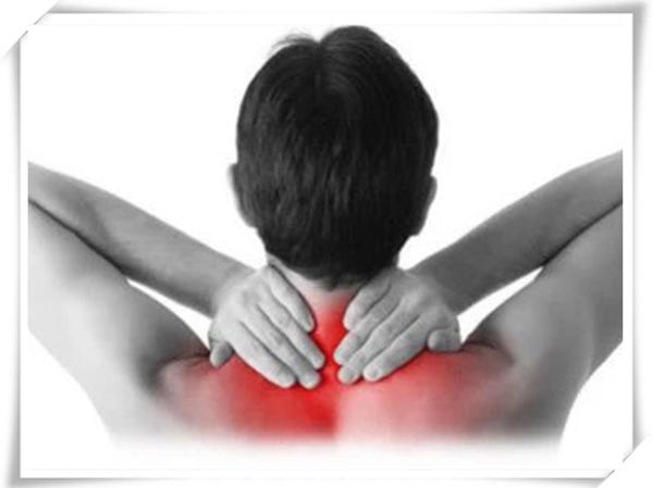 颈椎病主要症状是颈部疼痛 发酸  主要还是人们的不良习惯导致的 比如久坐等  生活中需要多注意