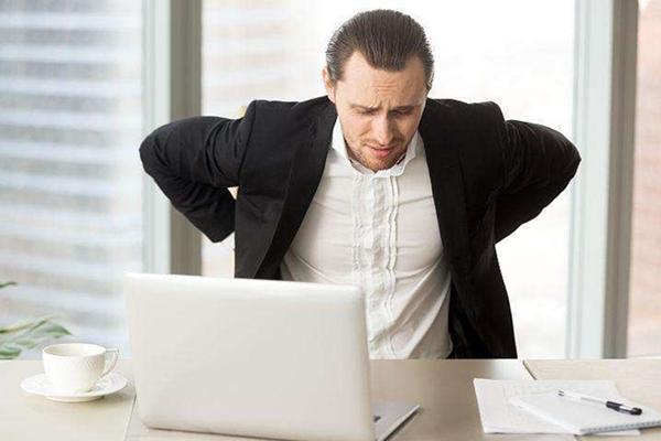 老倪表示,生活中导致腰酸背痛的原因有很多  发生症状的时候  需要多注意