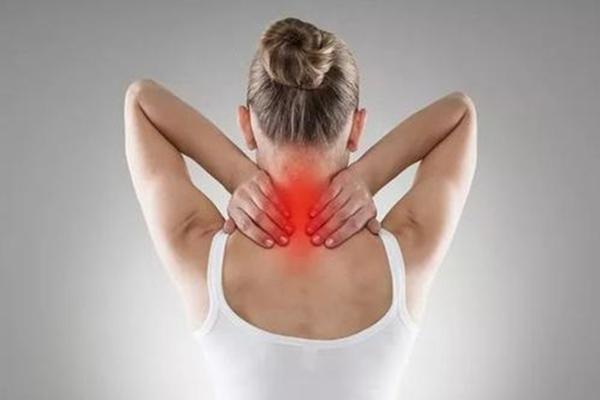 脖子一晃动就出现咔咔响的症状  一是脖子长时间一个姿势累了 二就可以是得了颈椎病